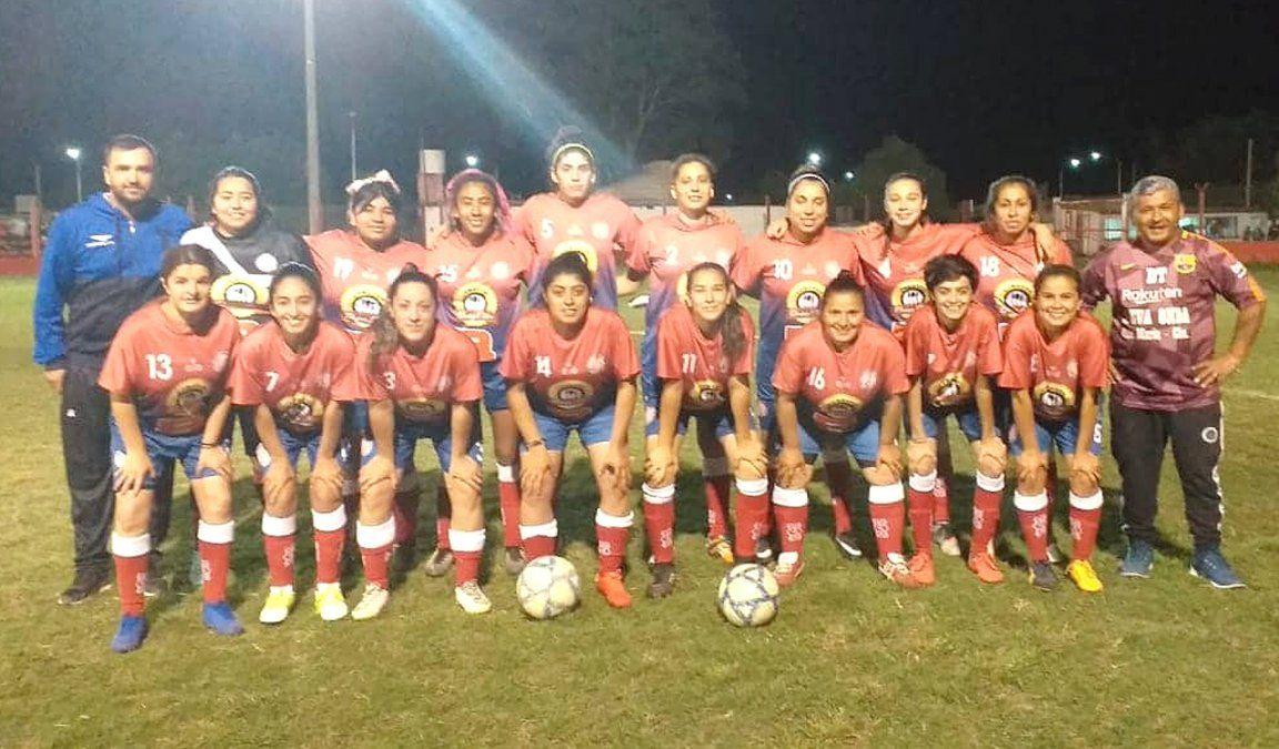 El plantel femenino de Hipólito Yrigoyen de Tío Pujio. Las campeonas de la Liga Villamariense de Fútbol esperan por sus nuevas pilchas.