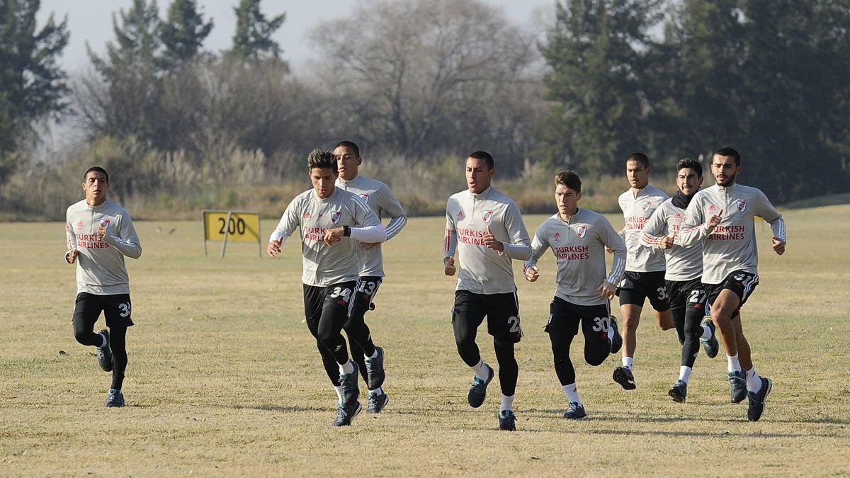 El plantel de River Plate se completó ayer en la concentración de Cardales. El equipo se prepara para las dos primeras exigencias competitivas de la semana: mañana y el domingo.