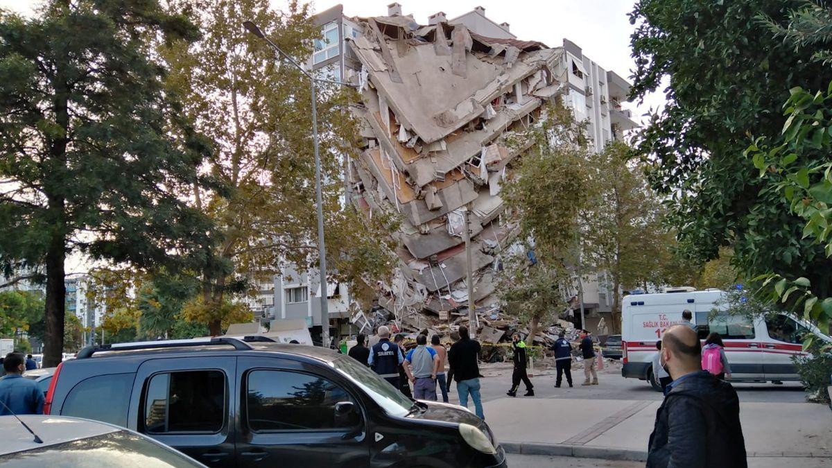 Un fuerte sismo causó la caída de edificios en Turquía