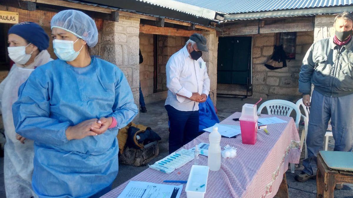 En el edificio de la escuela serrana se montó el operativo de vacunación.Hasta allí llegaron los lugareños citados para recibir la segunda dosis. Vanesa