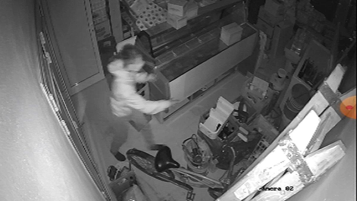 Captura del video que registró el ingreso de un joven al depósito de un almacén