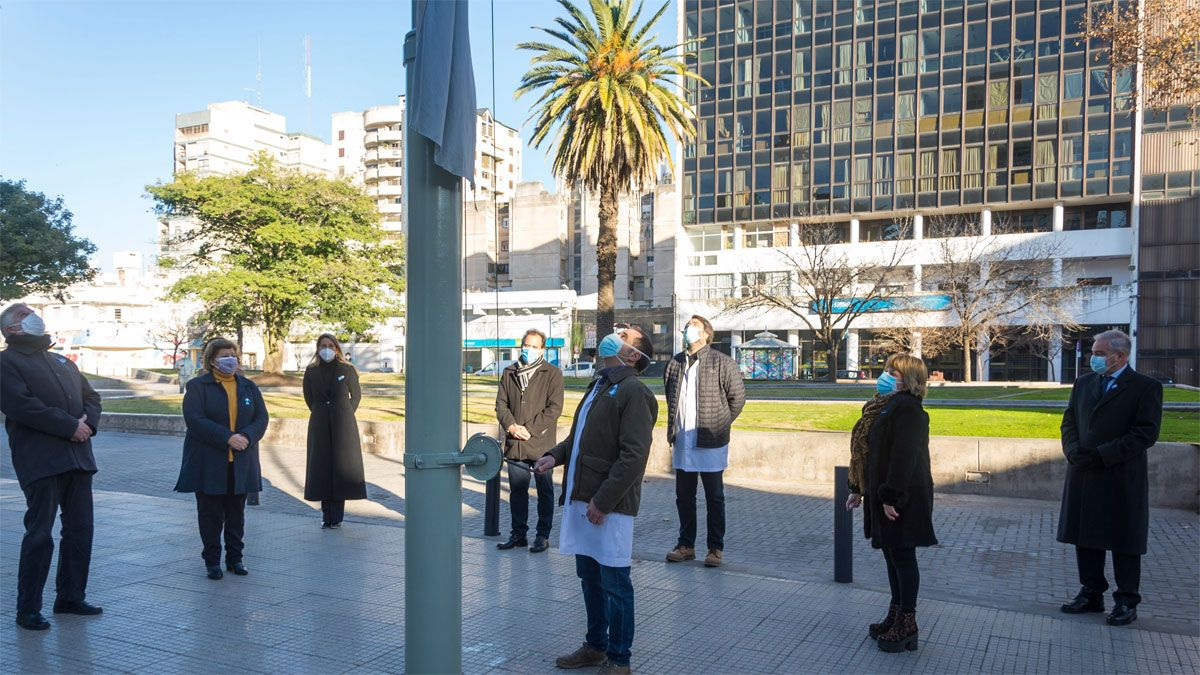 Personal de salud local realizó el izamiento de la bandera en plaza Olmos