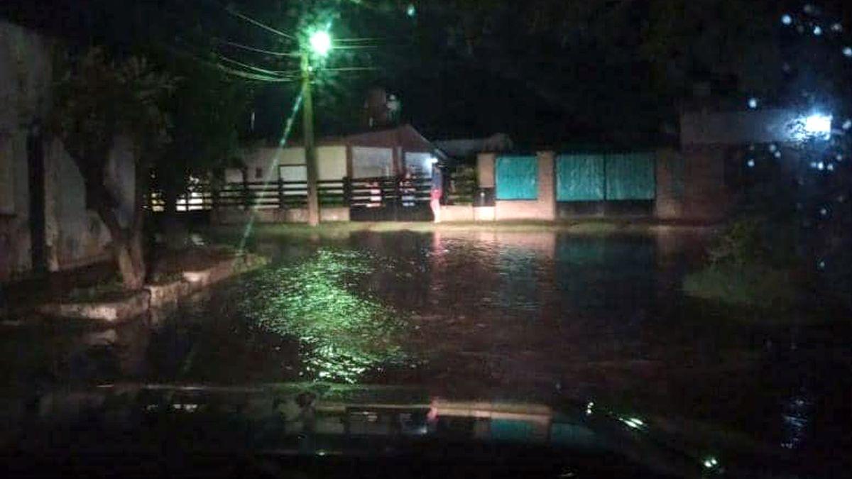 La lluvia ocasionó anegamientos en algunos barrios.