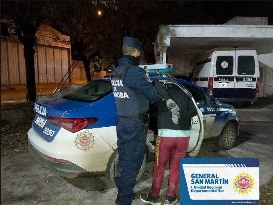 Intentó robar una batería de un auto y fue detenido