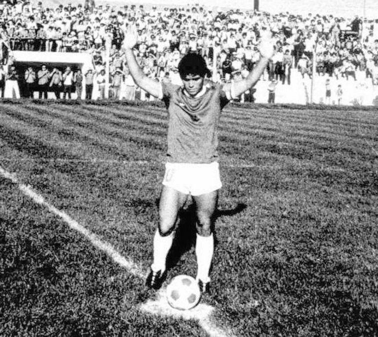Diego superó las expectativas en Plaza Ocampo. Hizo un gol de tiro libre y otro desde 40 metros. Levantó los brazos y se fue. Eterno e inmortal.