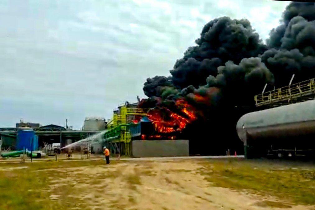 Las llamas se apoderaron de las torres de enfriamiento. El rápido accionar de los bomberos pudo sofocar el fuego.