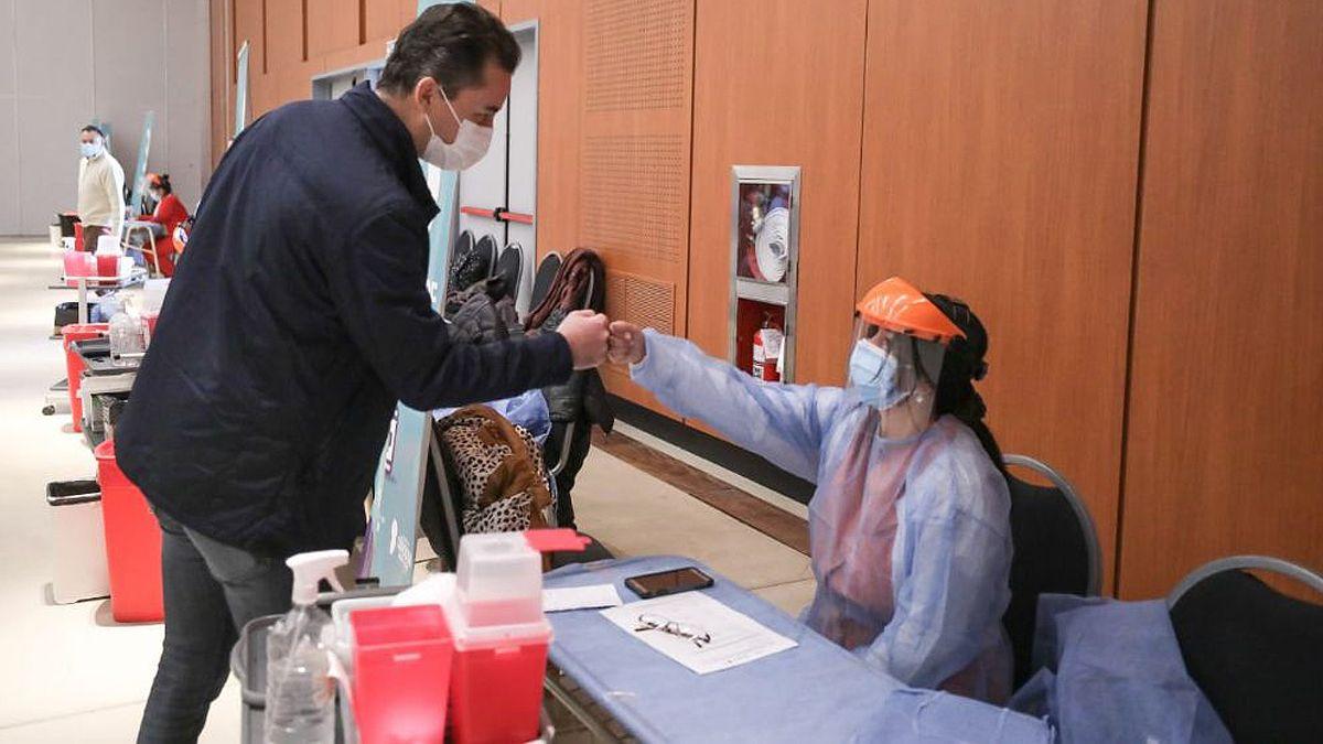 Calvo visitó esta mañana el centro de vacunación ubicado en el Centro de Convenciones Córdoba