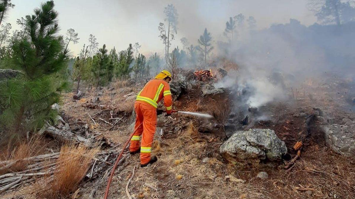 Los bomberos continúan con la tarea de combate de incendios en las zonas serranas de Córdoba.