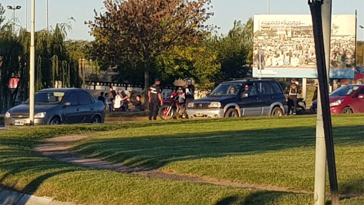 Autos y motos son controlados por los efectivos policiales.
