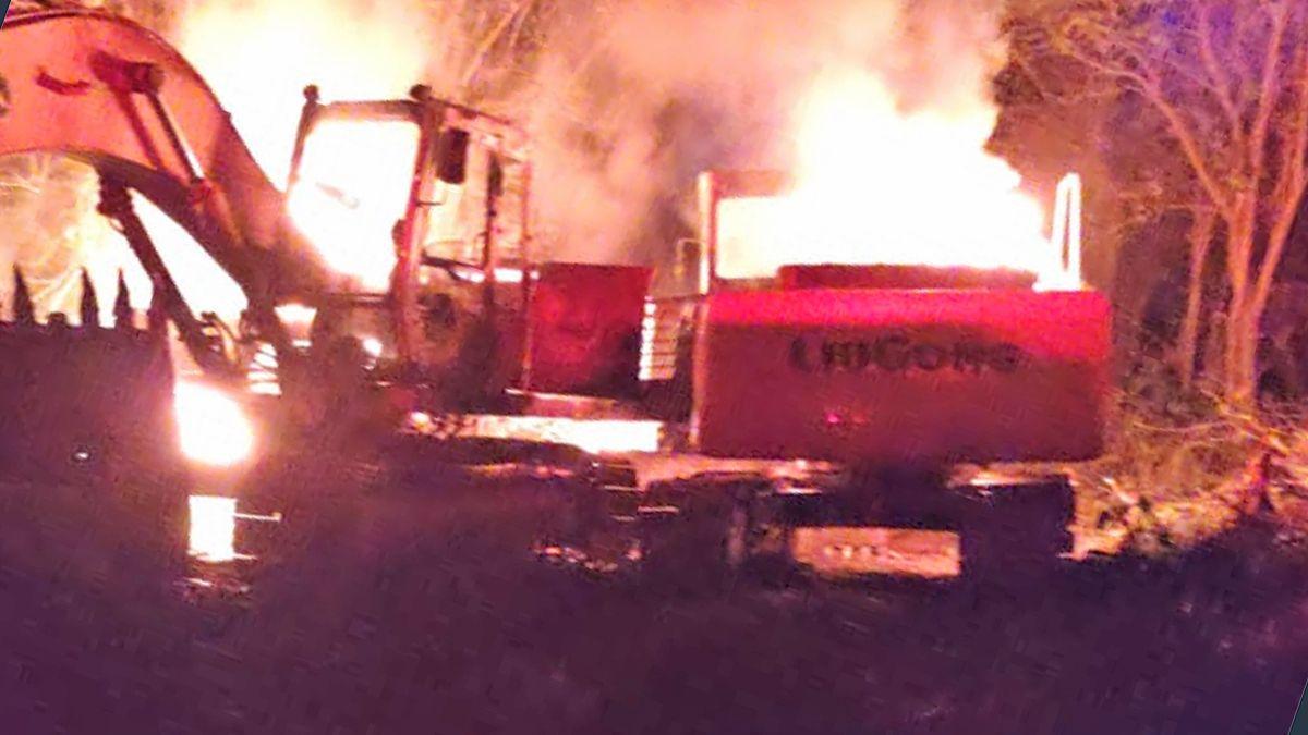 Los vecinos denunciaron explosiones previas a las llamas. Las máquinas quedaron reducidas a hierros retorcidos.