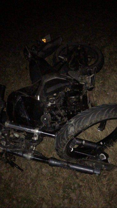 Joven motociclista chocó de frente contra un auto y murió en el Pasteur