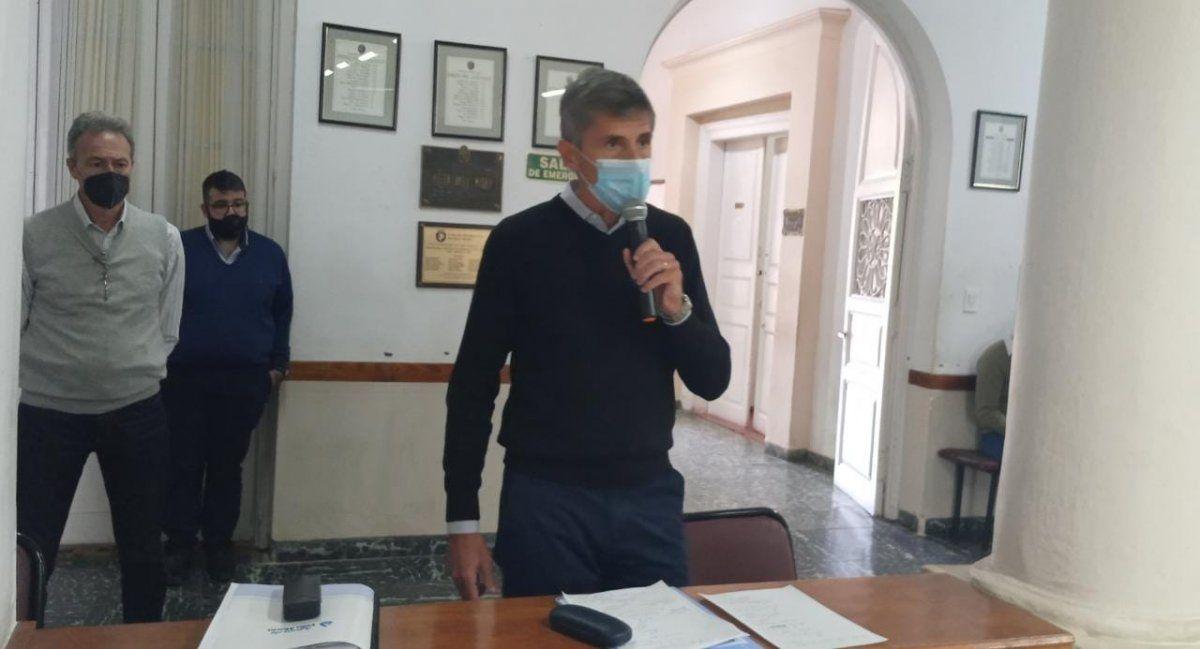 El gerente Pablo Longo se dirige a los miembros del Concejo Deliberante.