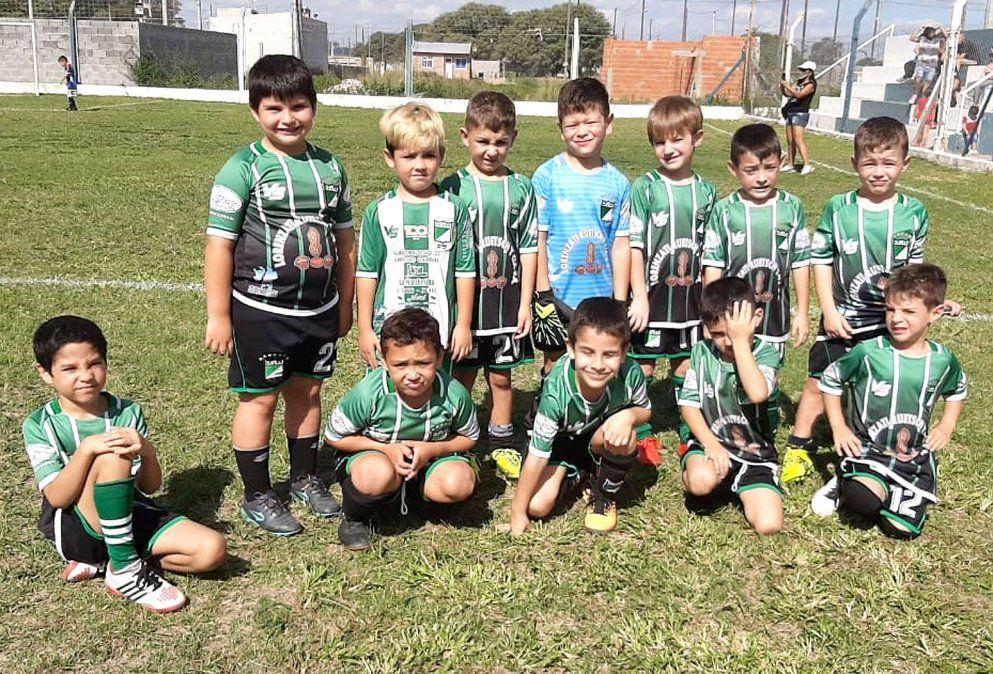 Los chicos de la Escuelita de Fútbol de Rivadavia de Arroyo Cabral.