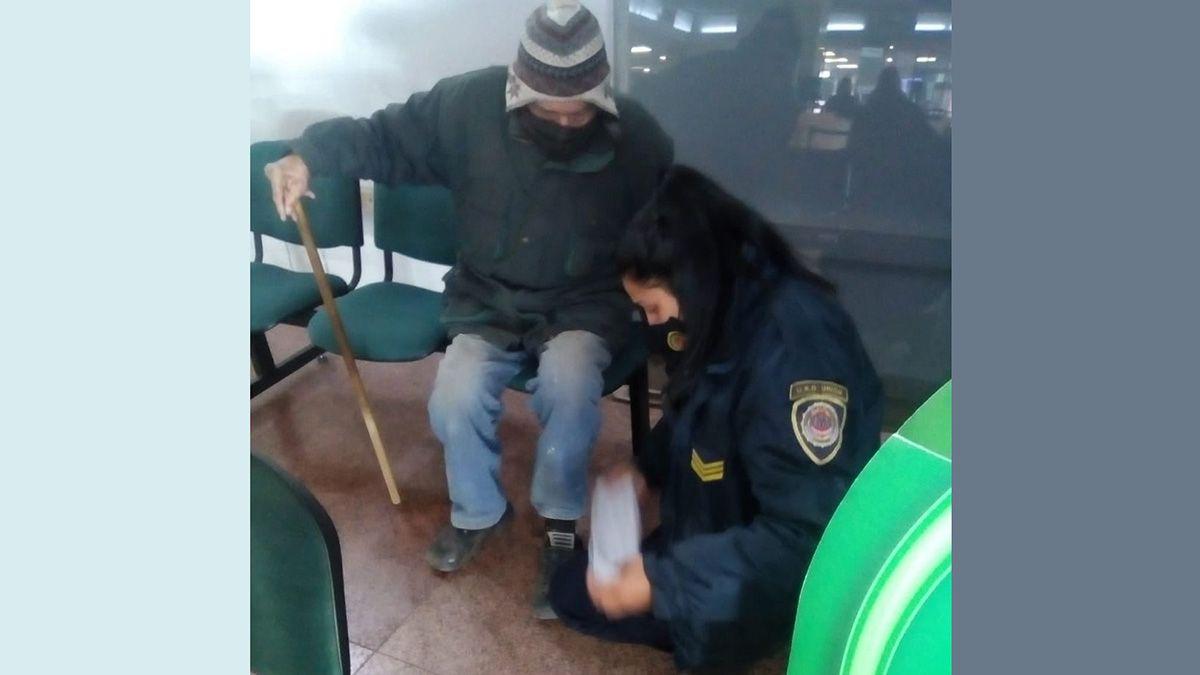 Policía le compró medias y calzado a un jubilado y el gesto se hizo viral