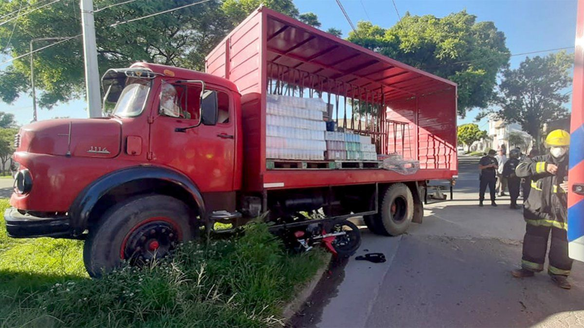 Dos lesionadas en un espectacular choque entre una moto y un camión en barrio Alberdi