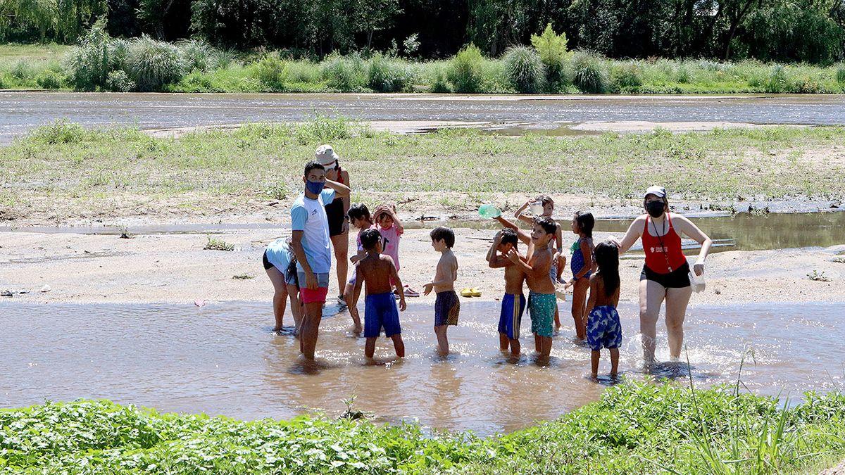 Los niños realizan talleres en el Parque del Centro Cívico y también aprovechan el río.