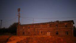 En el edificio perteneciente al ferrocarril residen alrededor de nueve familias que resisten la retirada del lugar y manifiestan que no tienen dónde ir.