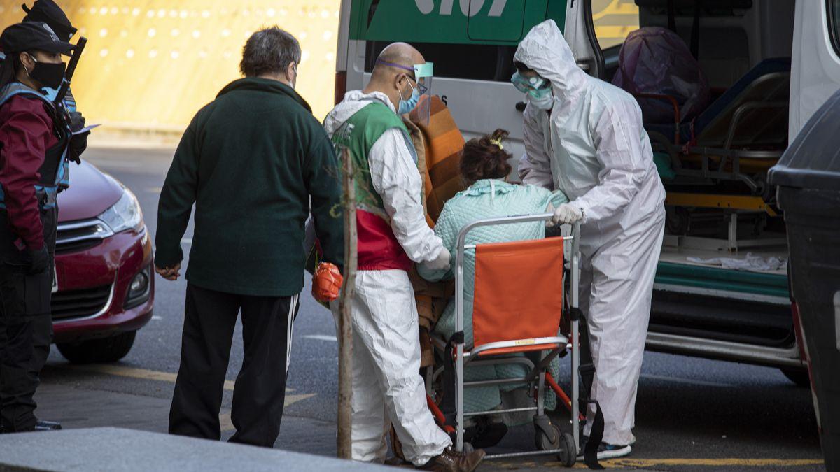 Una anciana es trasladada por personal del SAME debido a síntomas que activaron el Protocolo.