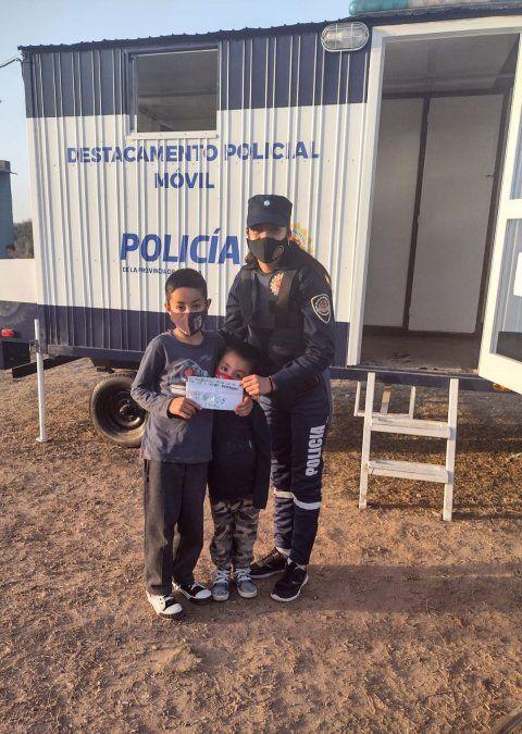 Dos hermanitos del barrio Felipe Botta tuvieron un gran gesto con los efectivos del destacamento