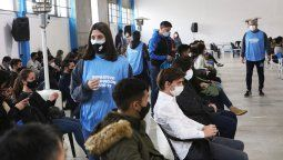 Córdoba comenzó hoy con la aplicación de la primera dosis de vacuna contra el coronavirus, sin turno previo, a los jóvenes de entre 12 y 17 años que integran el grupo de riesgo.