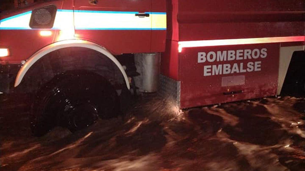Bomberos de Embalse realizaron intervenciones en medio de la tormenta.
