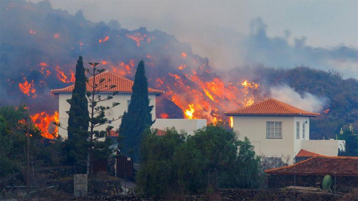 La lava del volcán en Canarias desciende hacia la costa destruyendo todo a su paso