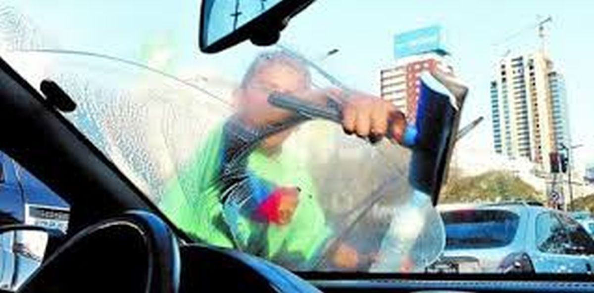 Se negó a que le limpien el vidrio del auto y fue increpado