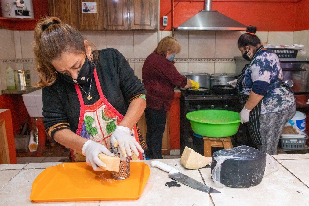 """Mujeres voluntarias del comedor """"Caritas felices"""" elaboran 100 viandas diarias para familias del barrio La Calera con las donaciones que reciben."""