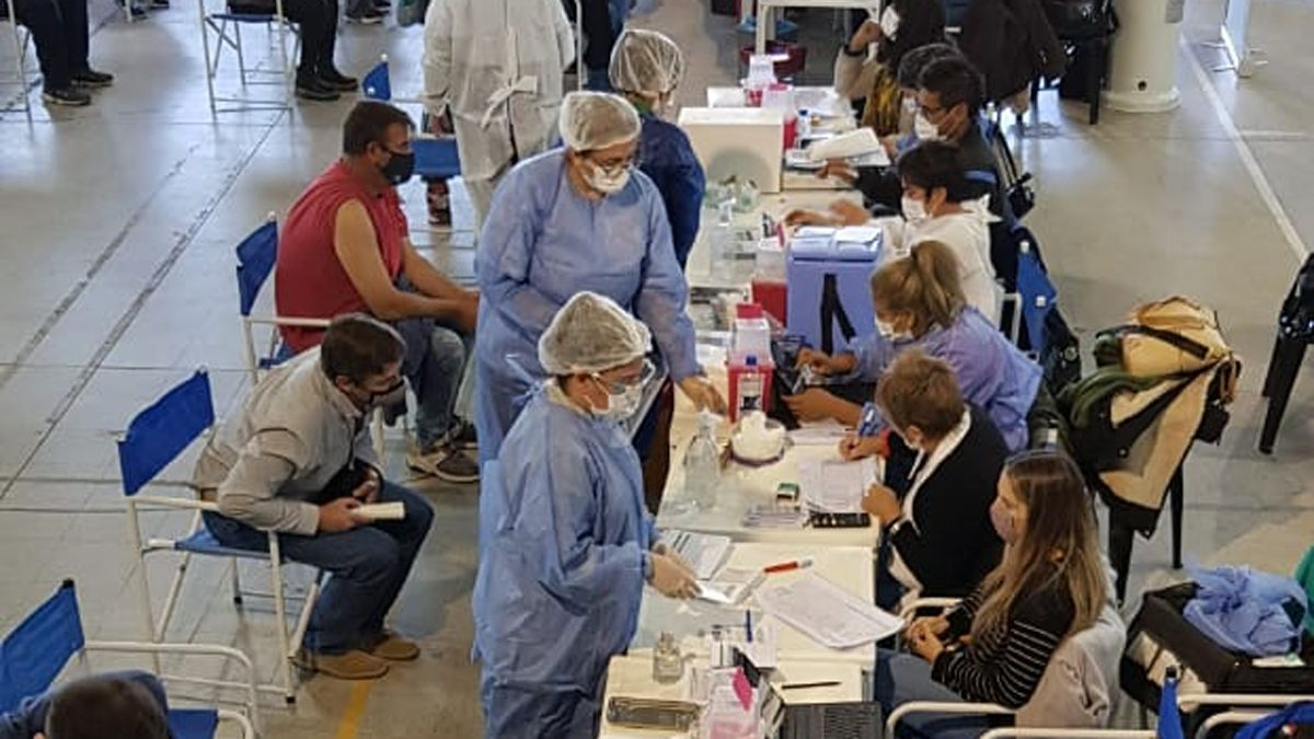 En el Polideportivo Municipal N° 2 continúa a buen ritmo el operativo de vacunación.