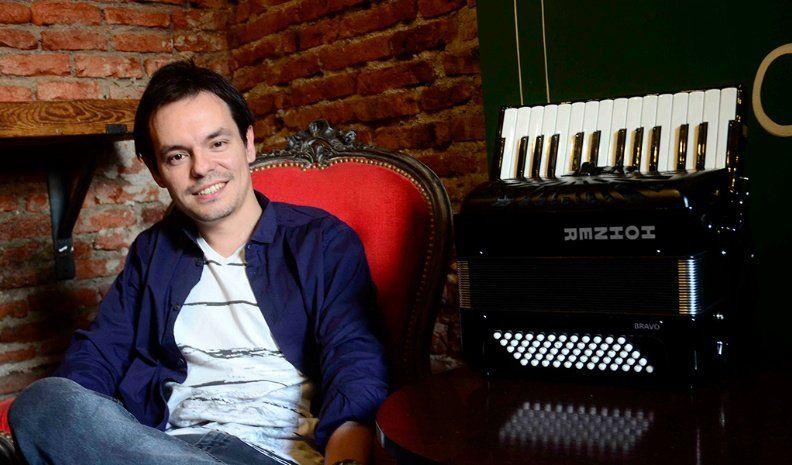 Con el piano y el acordeón, se destacó en escenarios mexicanos y ahora recorre Córdoba