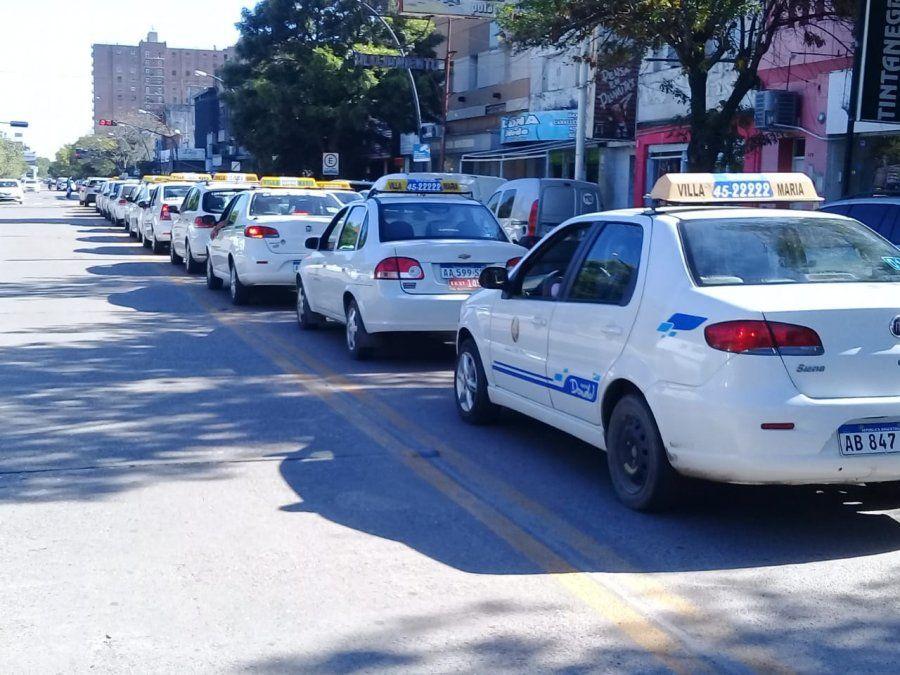 Taxistas se movilizan por el Centro, previo a la reunión con De Falco