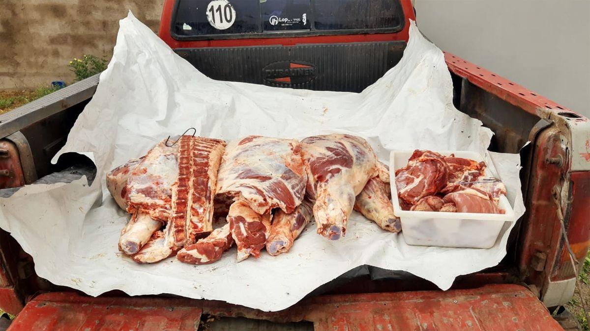 La carne la llevaban cubierta con un silobolsa en la caja de carga de la Ford F-100.