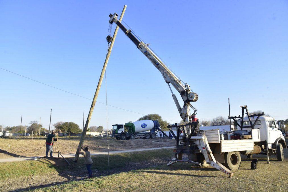 En las tierras de barrioSanMartín se avanza con las obras de alumbrado.Se estima que en los próximos 120 se culminarán los trabajos por parte del Municipio.