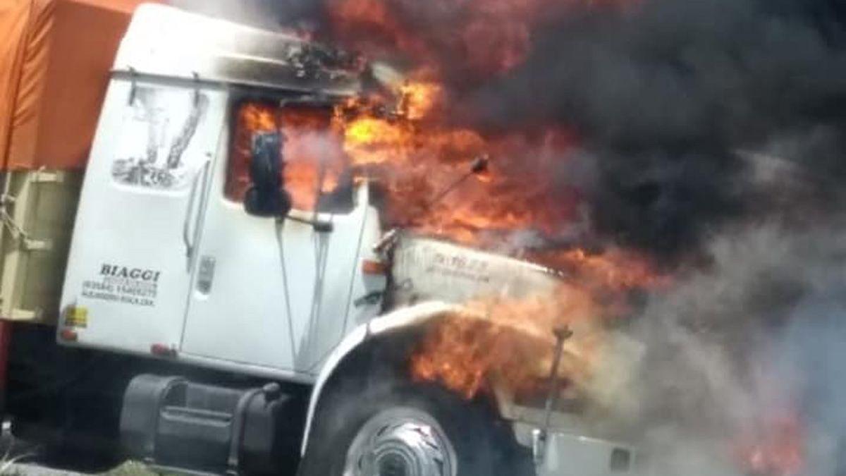 El fuego destruyó la cabina del camión.