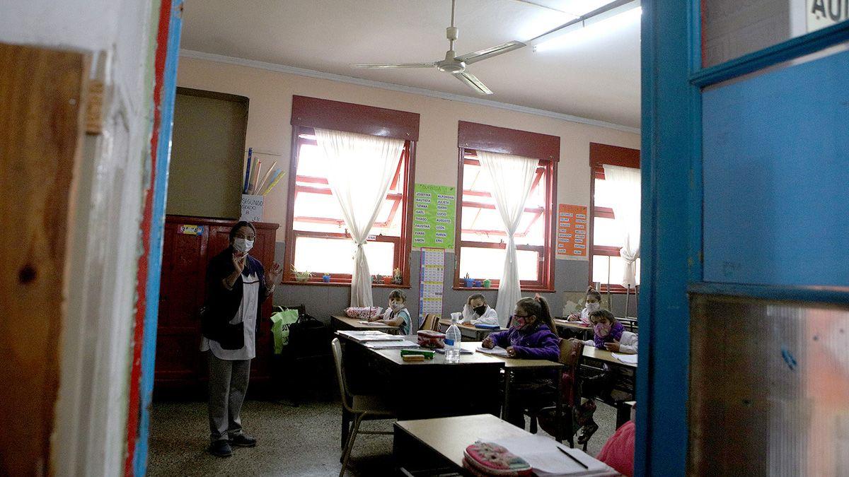 El Ministerio de Educación ratificó el uso de ventanas y puertas abiertas.