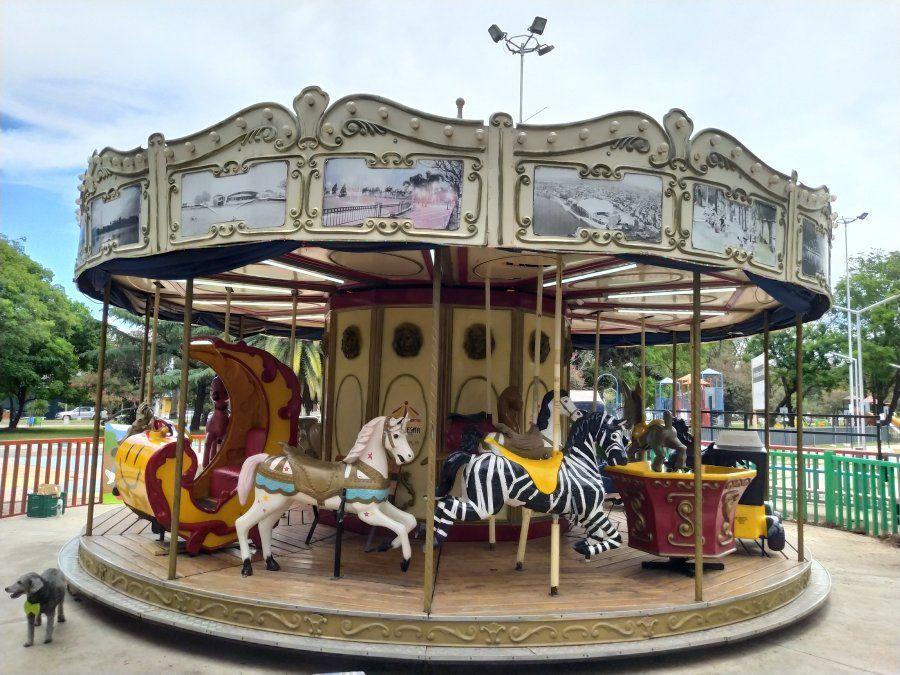 La emblemática calesita de la Plaza Pedro Viñas vuelve a girar