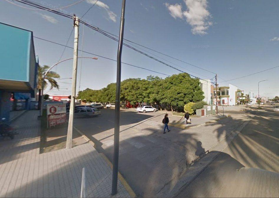 El terreno está al lado de la terminal de ómnibus y tiene ingreso por bulevar Alvear y salida por calle Periodistas Argentinos.