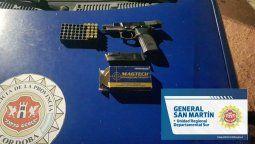 Personal policial le secuestró al playosense una pistola, cargadores, municiones, una pistolera, elementos para la mantención de armas de fuego. Los objetos fueron hallados en el vehículo del agresor y en la vivienda del mismo.