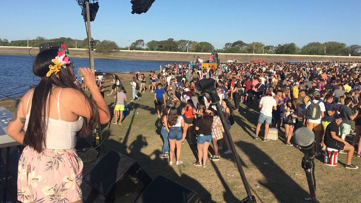 En Embalse los chicos también coparon las costas del lago. La Municipalidad organizó espectáculos y habilitó una carpa sanitaria.