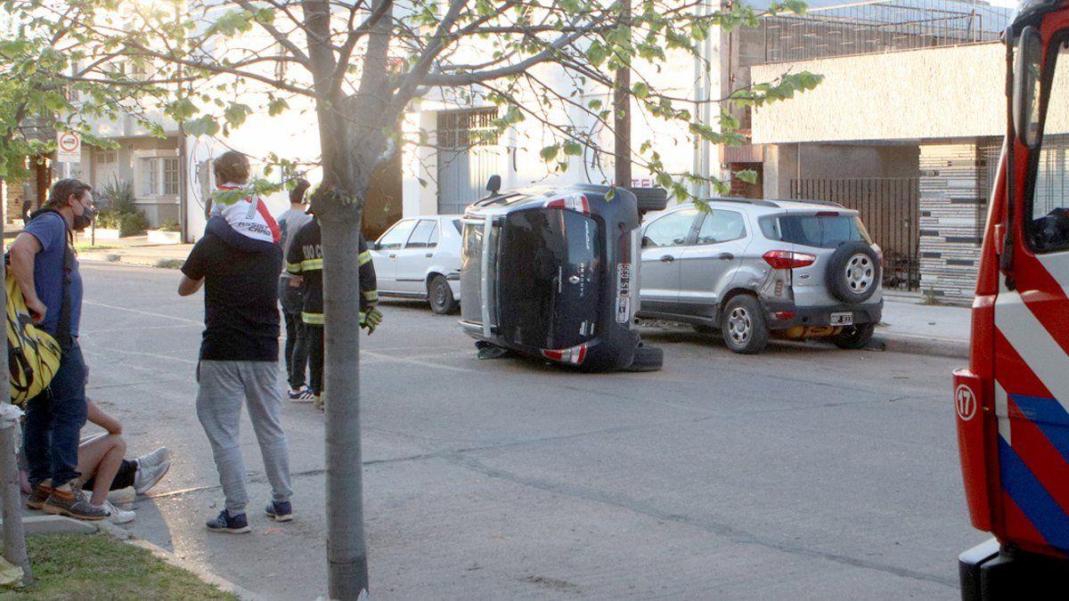 El Renault Sandero impactó contra una camioneta que estaba estacionada.