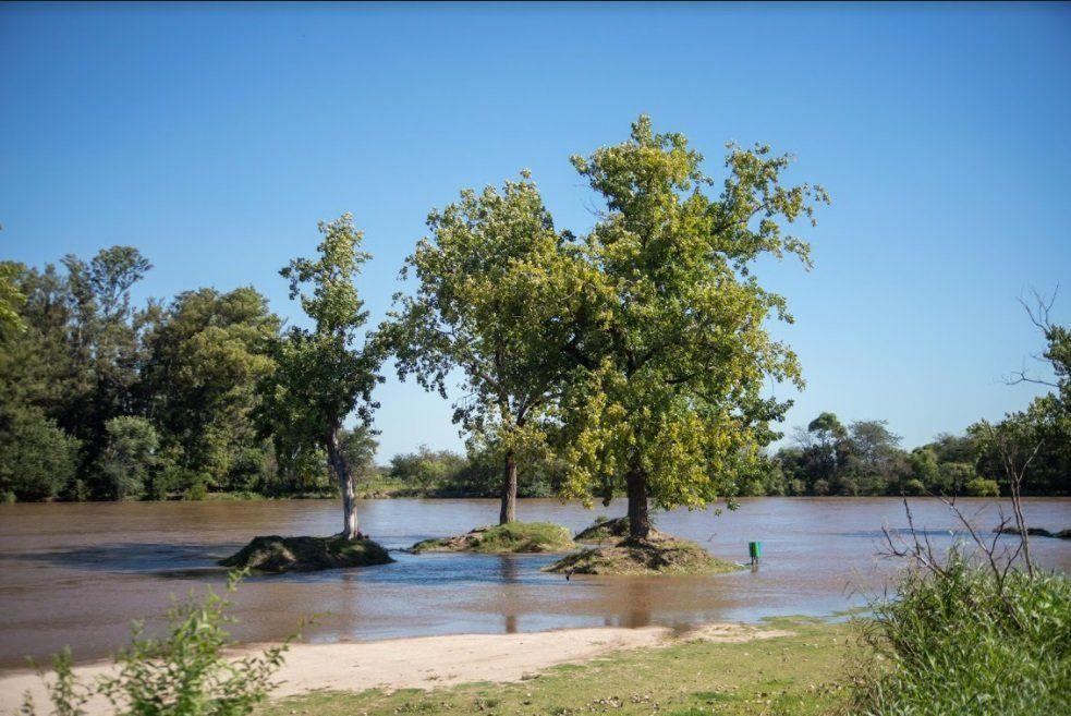El río está dentro de los límites normales pero con mucho caudal