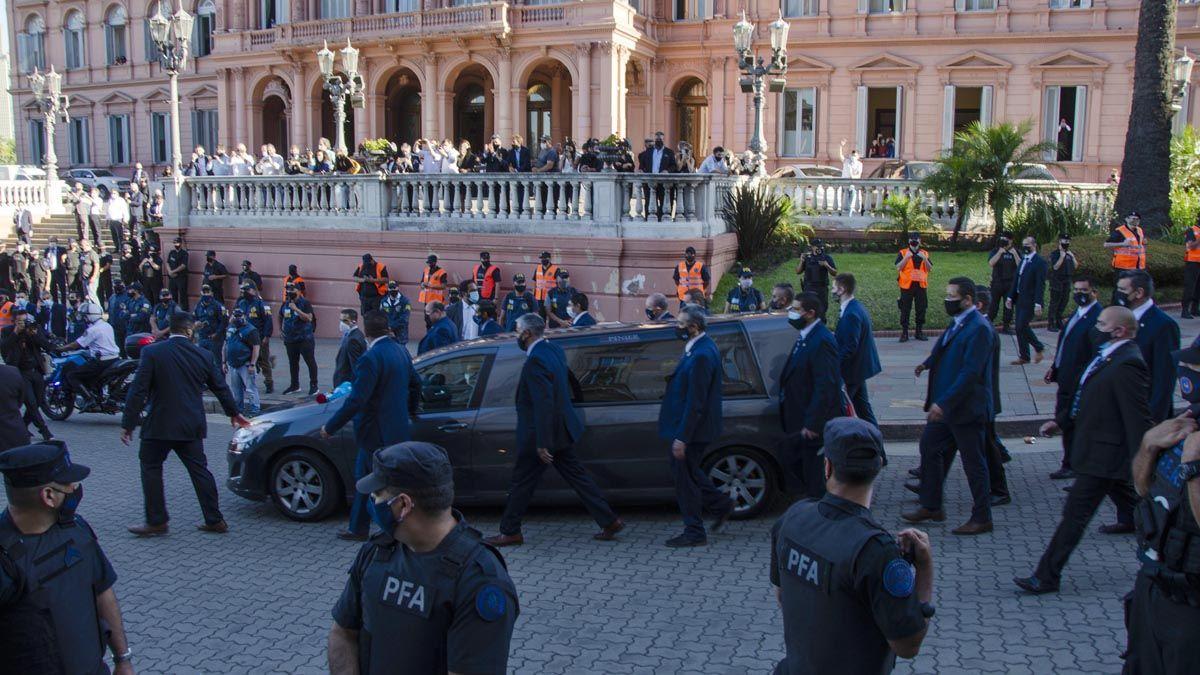 El cortejo fúnebre con los restos de Maradona partió de Casa Rosada.