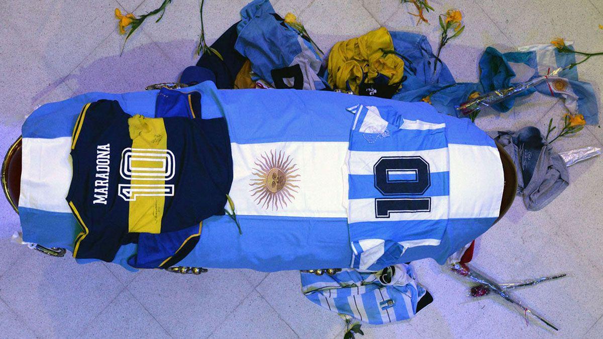 El féretro donde descansan los restos de Diego Armando Maradona.