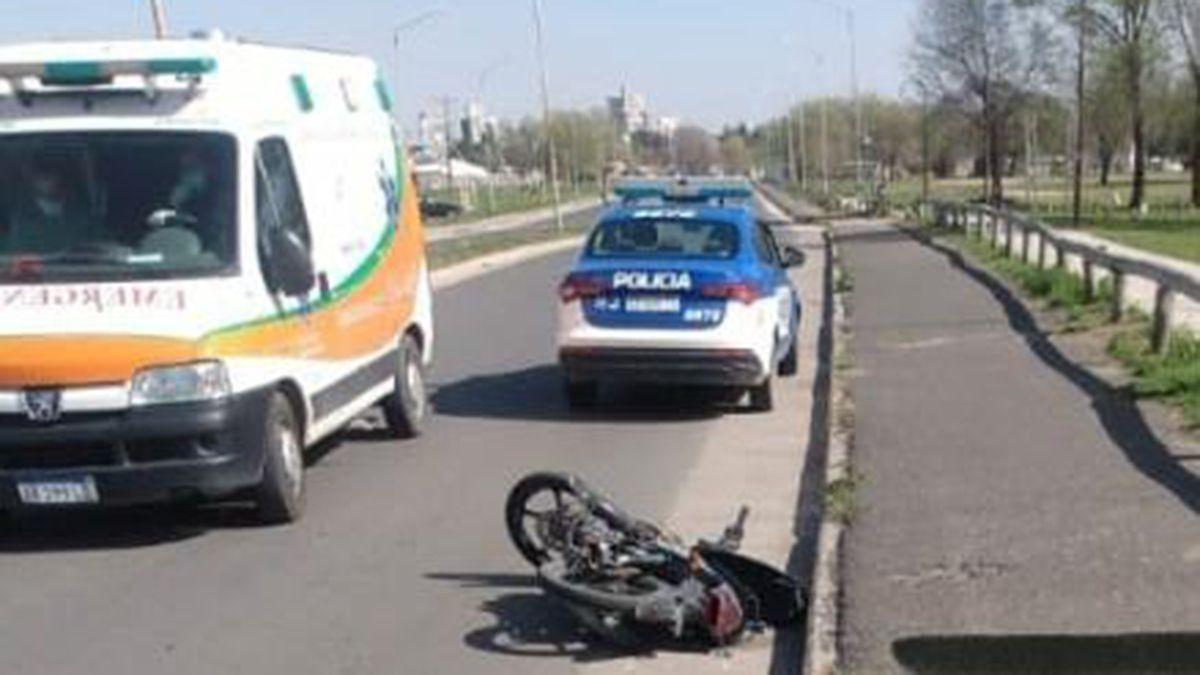 Iba en una moto robada, sufrió una caída en la Costanera y está grave