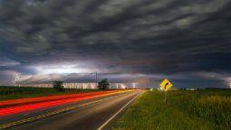 La fotografía fue tomada por Ariel Trepin el pasado 28 de enero alrededor de las 2 de la madrugada, en ruta E86, y muestra la intensa actividad eléctrica de una celda de tormenta.