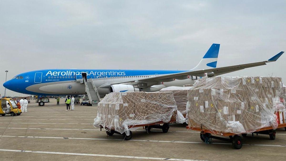 Llega el primero de los tres vuelos que traerán un millón de dosis de Sinopharm entre hoy y el miércoles