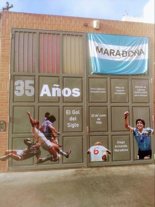 San Juan 1980: Diego Maradona inmortal en la puerta de una gráfica de Villa María.