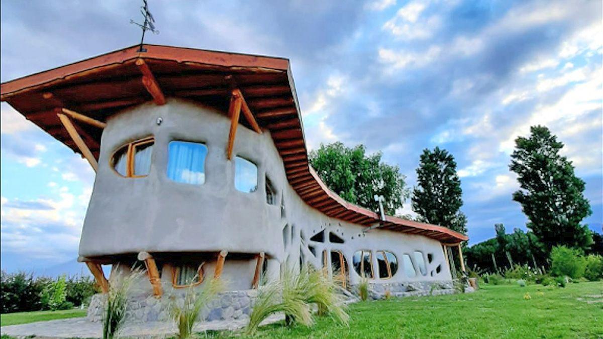 La casa se erige al pie del cerro Tunduqueral