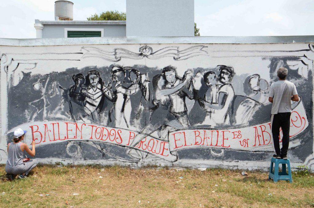 Los artistas locales trabajando en sus murales en plaza Balcarce.