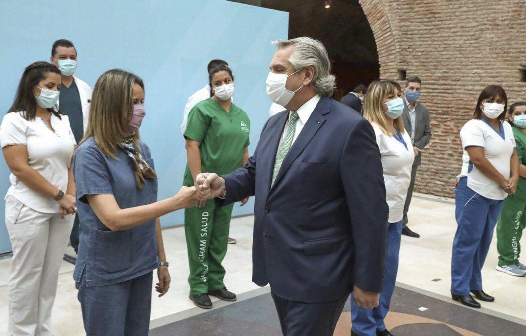 El presidente saluda a una enfermera en la Casa Rosada.